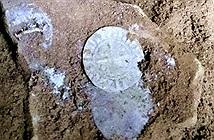 Phát hiện 200 đồng bạc chôn dưới chiến trường cổ