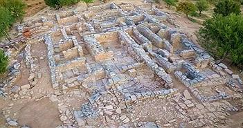 Phòng đặt ngai vàng trong tàn tích lâu đài cổ