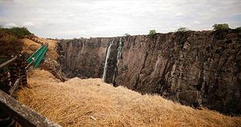 Thác Victoria cao 100m gần cạn khô vì biến đổi khí hậu