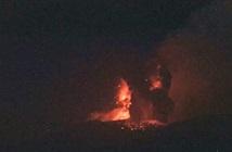 Sét lóe sáng trên miệng núi lửa phun trào ở Nhật