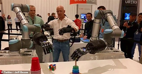 "Jeff Bezos ""khoe"" cánh tay robot đủ tinh tế để chơi rubik"