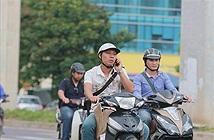 Giật mình cảnh người dân đi đường nghe điện thoại