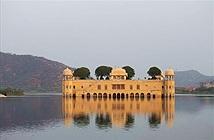 Kiến trúc độc đáo của cung điện nửa chìm nửa nổi trên mặt hồ