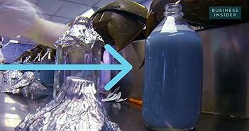 Bạn có tin cái bình nước màu xanh này có giá tới... 300 triệu đồng/lít?