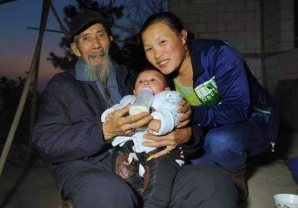 Mời về chữa bệnh cho bố, gái trẻ phải lòng luôn thầy lang 67 tuổi