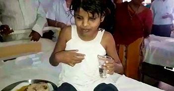 Cô bé rừng xanh sống cùng bầy khỉ được tìm thấy ở Ấn Độ