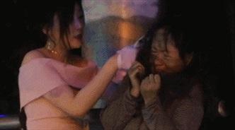 Chuyện lạ hôm nay: Hotgirl bám riết người vô gia cư và sự thật xúc động
