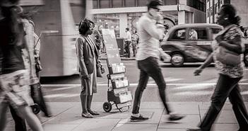 Tại sao đứng im một chỗ còn mỏi hơn cả đi bộ?