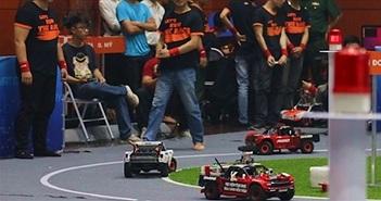 """""""Vật cản động"""" xuất hiện trong cuộc thi lập trình xe tự hành quốc tế do VN tổ chức"""