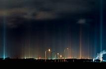 Những cột sáng rực rỡ xuyên thẳng lên trời giống UFO xuất hiện