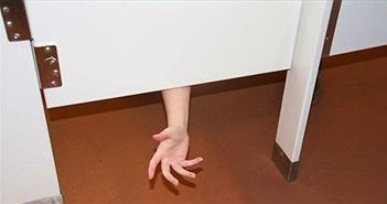 Tại sao cửa buồng toilet công cộng được thiết kế có khoảng trống ở trên và dưới?