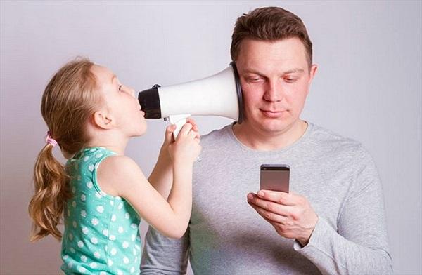 Nghiên cứu: smartphone khiến các phụ huynh ít quan tâm hơn tới con cái