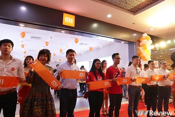 Xiaomi mở Mi Store chính thức đầu tiên tại Hà Nội, trưng bày cả khăn tắm, khăn mặt, gối đa năng, nồi đun nấu