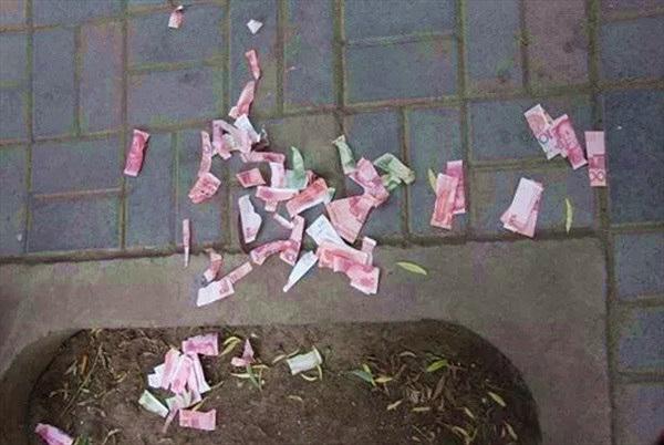 Chuyện lạ hôm nay: Xé tiền giữa đường khoe mẽ, chàng trai gặp kết đắng
