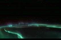 Cực quang sáng rực kỳ ảo nhìn từ ngoài không gian
