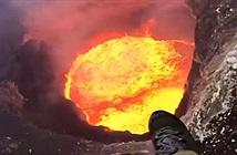 Choáng với cảnh phi công lơ lửng trên miệng núi lửa đang phun
