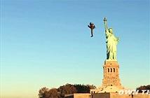 Ngoạn mục người bay lượn quanh tượng Nữ thần tự do