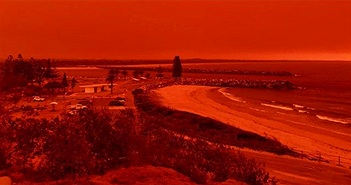 """Cháy rừng dữ dội tạo ra mây lửa, trời chuyển màu đỏ cam """"như tận thế"""""""