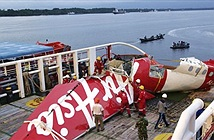 Máy bay AirAsia phát nổ trước khi rơi xuống biển