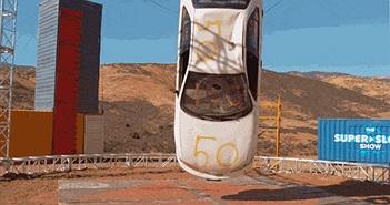 Quay chậm màn thả rơi một chiếc xe hơi từ trên cao xuống dưới đất