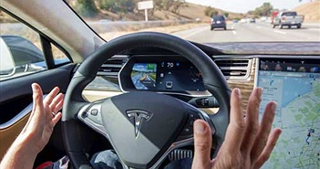 """Tesla sẽ """"huấn luyện"""" tài xế sử dụng... xe tự hành"""