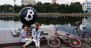 """Vì sao bitcoin và các loại """"tiền tệ anh em"""" của bitcoin luôn bị quản chặt?"""