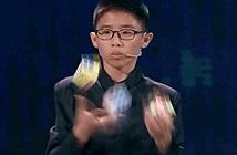 Cậu bé 12 tuổi gây kinh ngạc: vừa tung hứng vừa giải 3 khối Rubik trong 5 phút