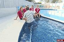 Clip phóng viên BBC ngã xuống bể bơi khi đang phỏng vấn