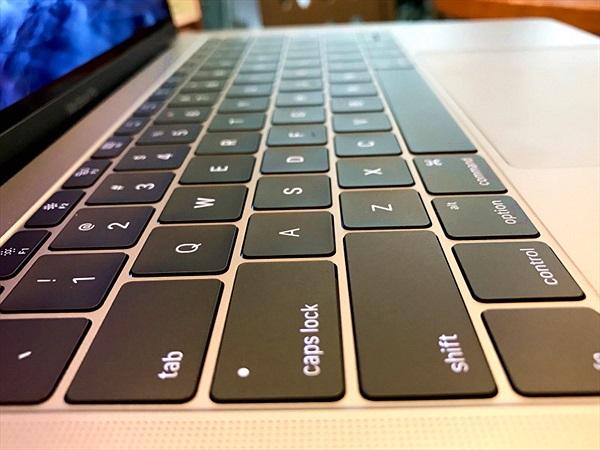 Bàn phím MacBook giá 16 triệu lại khiến Apple bị kiện