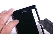 Dùng dao thử độ cứng màn hình Xperia XZ Premium