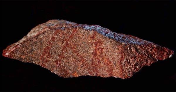 """Phát hiện """"bức vẽ cổ nhất từng biết"""" trên hòn đá tí hon ở Nam Phi"""