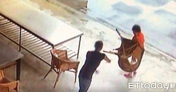Phẫn nộ người đàn ông vác ghế đánh cụ bà