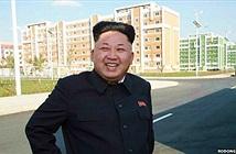 Chùm ảnh Jong Un tươi cười chống gậy tái xuất