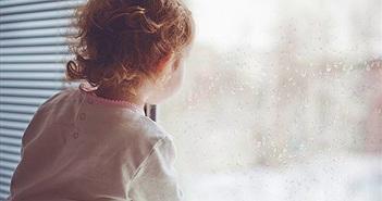 """Hiếu kỳ con gái ngồi cửa sổ nhìn chăm chú, cha phát hiện """"té ngửa""""..."""