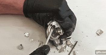 Xem màn phá tan một chiếc khóa Titalium bằng kim loại Gali chỉ sau vài phút