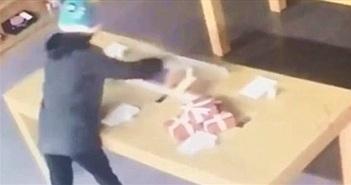 CHOÁNG: Kẻ trộm tông vỡ cửa kính lấy 8 điện thoại… thử nghiệm
