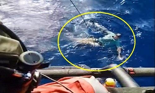 Rơi xuống biển suýt chết, người đàn ông sống sót nhờ vật không ngờ