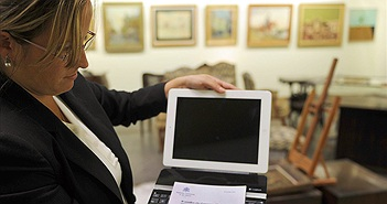 iPad của Giáo hoàng Francis được bán hơn nửa tỷ đồng
