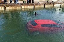 Tin vào định vị GPS, thiếu nữ lái xe xuống lòng hồ