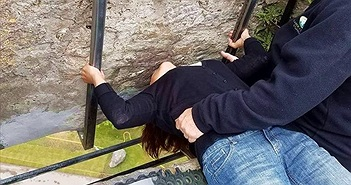 Ly kỳ chuyện hòn đá thông minh, bẩn ai cũng tìm cách hôn