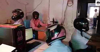 Chuyện lạ có thật: Nhân viên văn phòng đội mũ bảo hiểm khi làm việc