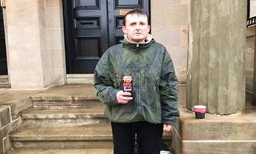 Nhặt được tiền, người vô gia cư làm điều khó tin dưới mưa tuyết