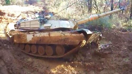 Xe tăng M1 Mỹ vất vả vượt địa hình sình lầy