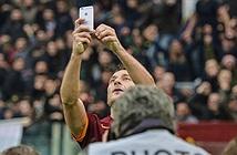 """Francesco Totti """"tự sướng"""" mừng bàn thắng với iPhone 6"""