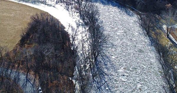 """Điều gì đã xảy ra khi dòng sông bỗng nhiên đóng băng rồi """"vỡ vụn"""" tràn bờ?"""