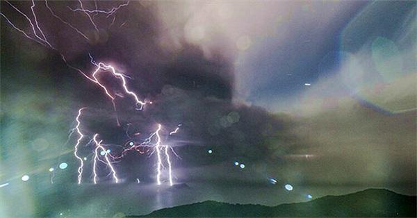 Tại sao có nhiều sét trong vụ phun trào núi lửa Taal?