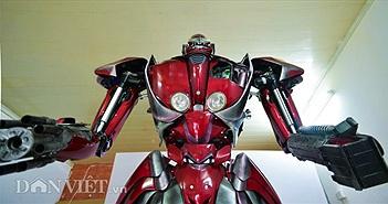 """Ảnh, clip: Bạn trẻ Việt chế robot Transformer """"khổng lồ"""" từ rác thải nhựa"""
