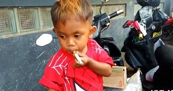 """Bé trai 2 tuổi nghiện thuốc lá, ngày """"tiêu thụ"""" 40 điếu"""