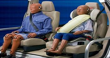 Vì sao dây an toàn của ô tô có phần bảo vệ vai mà máy bay lại không?