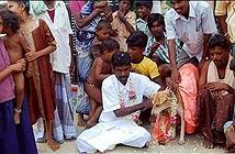 Thanh niên cưới một chú cún già để giải hạn gây xôn xao
